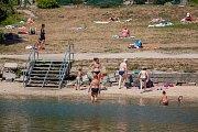 Lidé si uživájí horké letní dny u přehrady v Liberci. Snímek je z 1. srpna.