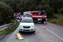 Na silnici 13 mezi Rynolticemi a Lvovou se stala v sobotní podvečer vážná dopravní nehoda, při které se střetly tři osobní auromobily.