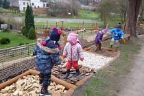 Děti z českodubské mateřské školky se dočkaly nové zahrady s celou řadou herních prvků v přírodním stylu.