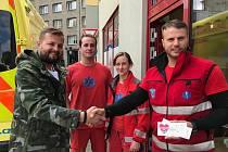 Předání samolepky majiteli liberecké restaurace Street Pho, která svou pomoc nabídla libereckým záchranářům jako úplně první.