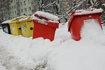Největší problémy se sněhovými bariérami kolem kontejnerů jsou na sídlištích.