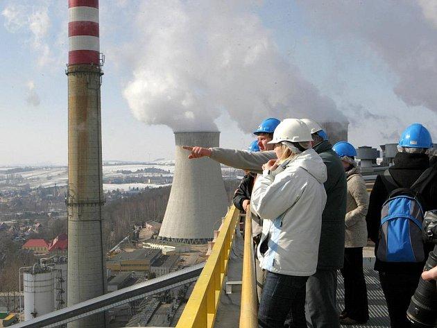 ŘESVĚDČILI SE NA VLASTNÍ OČI. Starostové asi deseti obcí Frýdlantského výběžku se včera podívali do útrob turówské elektrárny, kdysi největšího znečišťovatele životního prostředí.