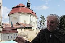 VALDŠTEJN. Zatím posledním nedokončeným modelem je hrad Valdštejn. Ladislav Koucký ukazuje hradní kapličku, která mu  zároveň v pozadí sloužila jako vzor.