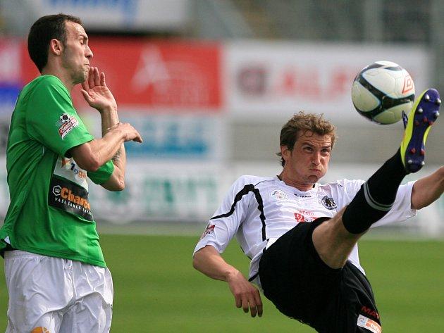 JAN VOŠAHLÍK z Jablonce (vlevo) a Marek Plašil z Hradce v souboji v minulém ligovém kole.