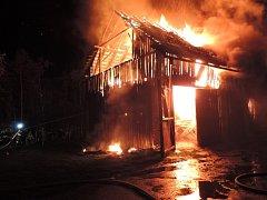 Hasiči bojovali s požárem stodoly a rodinného domu v části obce Sekerkovy Loučky nedaleko Turnova