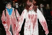 Recesistická akce: Průvod desítek Zombie prošel městem od Malého divadla.