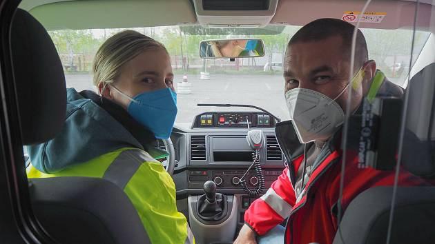 Budoucí záchranáři se učili ovládat sanitky.