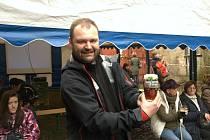 Majitel pivovaru Marek Vávra s půllitrem z původního pivovaru