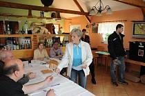 VYBÍRALI POSLANCE V PIZZERII. Tak trochu raritou mezi je pizzerie La Bonnacia v libereckých Radčicích. V posledních třech letech se vždycky o volbách mění ve volební místnost.