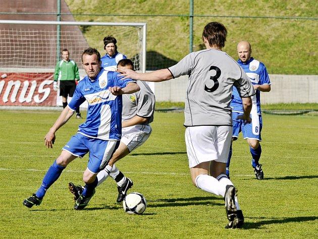 DERBY U VOJÁKŮ. Hrádek (s pruhem na dresu) prohrával s VTJ Rapid Liberec 0:2, ale dokázal ještě vyrovnat. Vždy po dlouhých autech.