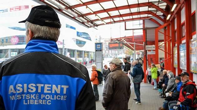 ASISTENTI MĚSTSKÉ policie mají sice také uniformy, ale odlišné. Přesto policie doufá, že budou budit respekt.