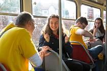 Cestující MHD se na tramvajové trase Dolní Hanychov - Lidové sady se učili znakovou řeč.