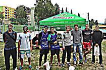 ÚČASTNÍCI turnaje mužů na turnaji v beachvolejbalu o Pohár starosty Vratislavic.