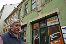 VÍTĚZ PŘED SVÝM MAJETKEM Rudolf Dreithaler převzal klíče od svého nového domu přímo na místě. Ke dvacetiletému obíhání soudů se nyní přidalo skoro půlroční čekání na vyklizení bytu.