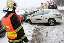 Řidička Peugeotu havarovala v Liberci za hustého sněžení poblíž Makra ve směru na Turnov. Na místě zasahovali hasiči, záchranná služba a policie.
