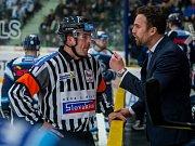 Trenér libereckých hokejistů Filip Pešán v debatě s rozhodčím.