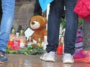 SVÍČKY PŘED BAZÉNEM. Přestože nápis na dveřích hlásal zavřeno, před libereckým bazénem se včera odpoledne řadily desítky lidí, aby uctily památku svého kamaráda nebo spolužáka.