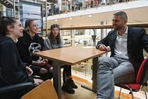 """Projekt s názvem Živá knihovna se konal v Krajské vědecké knihovně v Liberci. Nejen studenti si mohli místo knížek """"půjčit"""" osobu se zajímavým životním příběhem."""