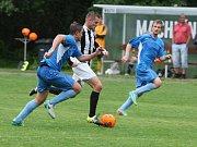Machnín porazil Český Dub 5:4, když v poločase vedl již 4:0. Machnín je v modrých dresech.