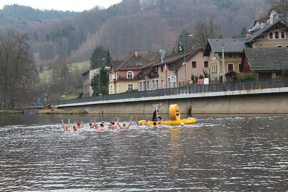 V sobotu 17. dubna proběhla tradiční akce odemykání řeky Jizery na Žluté plovárně v Malé Skále. Symbolický klíč od řeky předali otužilci, kterým skončila sezóna, vodákům, kteří se na řeku teprve chystají.
