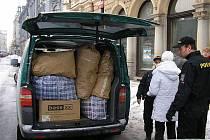 UKRAJINKA MĚLA HODNĚ OSOBNÍCH VĚCÍ. Ty museli policisté zabalit do množství krabic a pytlů. Auto, naložené až po střechu, odjelo i s vystěhovanou ženou do Zařízení pro zajištění cizinců.