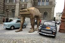 Kontroverzní umělec David Černý vystavil v Liberci další dílo. Jeho trabant se čtyřma lidskýma nohama nahradil před libereckou radnicí skleněnou plastiku Sublima od Jiřího Pačinka.