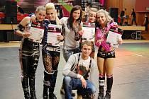 TAKT LIBEREC. Zleva stojí: Terka Pidaničová (2. místo), Bára Svatková (4. místo), uprostřed trenérka Deny Sýkorová, dále vedle Deny stojí její sestra Bára Sýkorová (1. místo), Marťa Rozkovcová (1. místo). Dole trenér Honza Kopáčik.