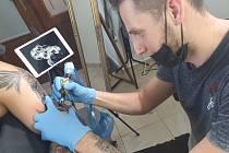 Zdeněk Valeš při své práci. Tetuje již čtyři roky a vlastní studio Z-Art Tattoo.