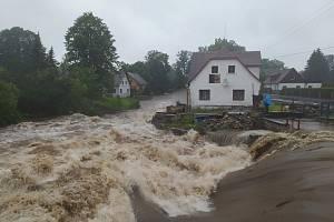 V Raspenavě se řeka vylila z koryta.