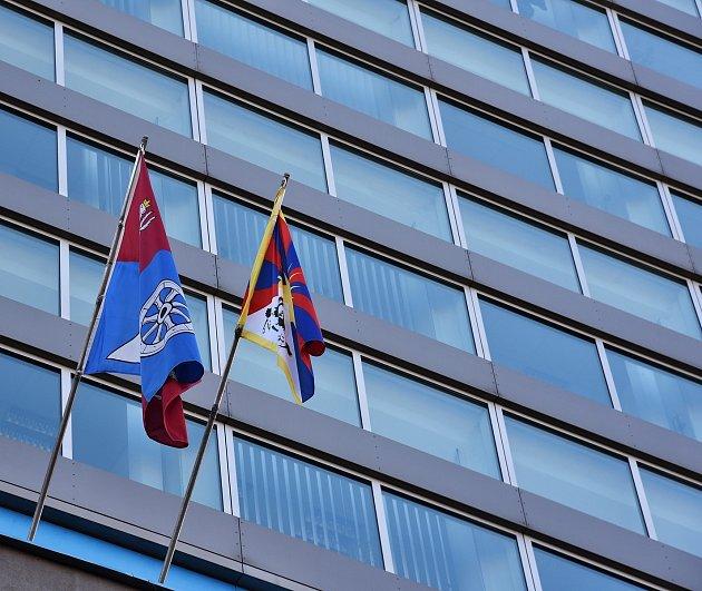 Vlajka Tibetu visí na kraji už pojedenácté vhistorii.