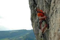 POUTO. To nejpevnější, co lezce na skále spojuje, není lano, ale přátelství a důvěra.