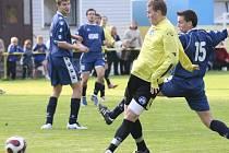 Hrádek porazil rezervu Pěnčín–Turnova 3:0. Pěnčínského Vavřicha (ve žlutém) se snaží zablokovat hrádecký Filip.