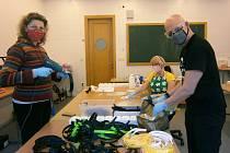 V ateliéru designu na Střední uměleckoprůmyslové škole sklářské v Železném Brodě vyrábějí pomocí 3D tisku ochranné štíty. Určené jsou zejména zdravotníkům.