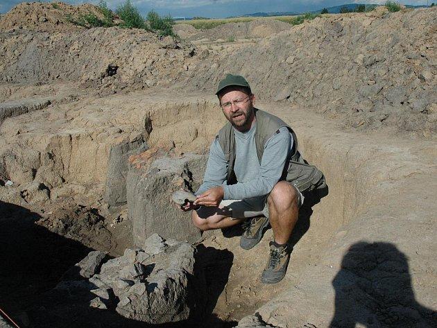 VZÁCNÝ NÁLEZ, téměř 7 tisíc let stará obydlí se díky archeologickému výzkumu pod vedením Petra Brestovanského (na snímku J. Širokého) podařilo objevit v Příšovicích. Pustí archeology dál?