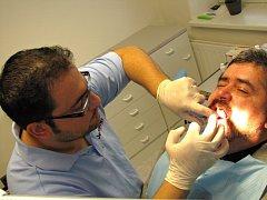 JAK VYTRHNOUT STAROSTOVI STOLIČKU? Přece kleštěmi. Michael Canov se  nebojí demonstrovat svoji odvahu ani na zubařském křesle.