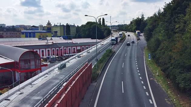 Rekonstrukce opěrné zdi na silnici I/35 nad vozovnou Dopravního podniku měst Liberce a Jablonce u průtahu libereckým tunelem se chýlí ke konci.