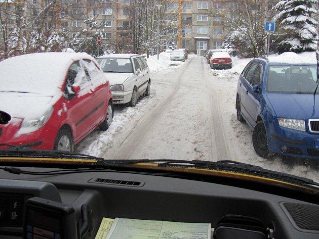 PROJEDEME? Takovou otázku si řidiči sanitek kladou velmi často. Řidiči na sídlištích parkují vlastně úplně všude, sanity se musí složitě prodírat. Takto vypadala situace na libereckém sídlišti Dobiášova ve středu dopoledne, kdy je většina aut pryč.