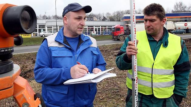 V minulých týdnech odstartovala v ulici České mládeže výstavba obřího kruhového objezdu, který bude stát přibližně 90 milionů korun.