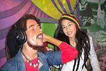 MUZEUM. Plastovou figurínu Boba Marleyho obdivovalala Lan ch Nguyen z osmé třídy ZŠ Dobiášova.