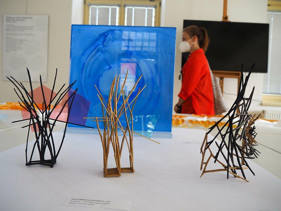 Výtvory mladých umělců ze studijního programu návrhářství – zaměření návrhářství skla a šperku.