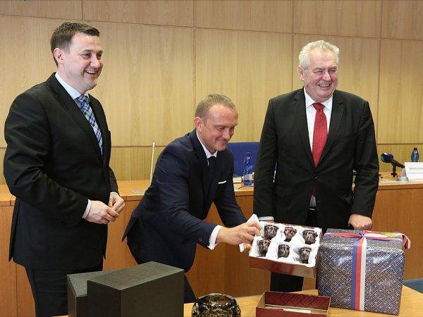 Dary prezidentovi republiky předal hejtman Martin Půta.