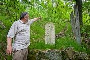 Zatímco betonové sloupy z dob, kdy na Grabštejně byla Československá armáda památkářům nevadí, pískovcové stély tvořící Stezku smíření jsou pro ně problémem.