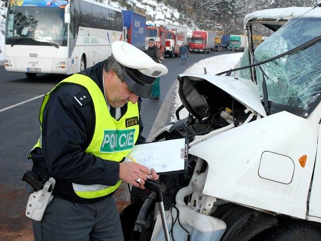 KOMPLIKACE. Kvůli dopravní nehodě několika automobilů v pátek dopoledne doslova zkolabovala doprava na frekventované silnici mezi Libercem a Prahou.