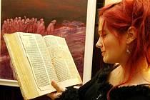Přehlídku českých překladů Bible mohou lidé vidět od včerejška v Radničním sklípku.