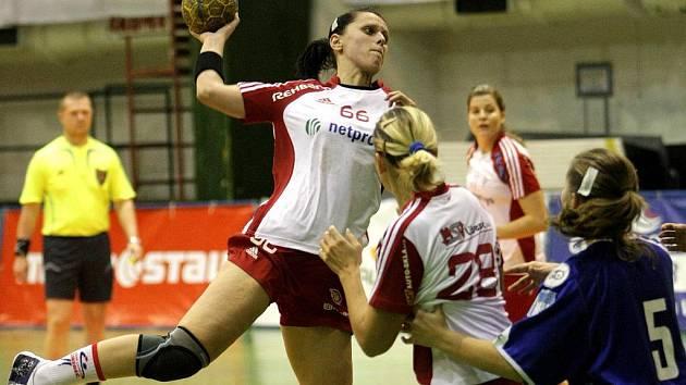 LENKA ŠEBÍKOVÁ PŘI STŘELBĚ. Liberecká hráčka dala v lize pražské Slavii tři góly.