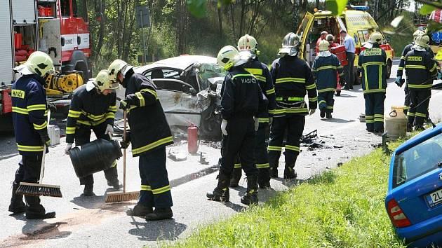 TRAGÉDIE. Čelní střet dvou osobních aut u Jablonného v Podještědí  zablokoval dopravu na frekventované silnici I/13.