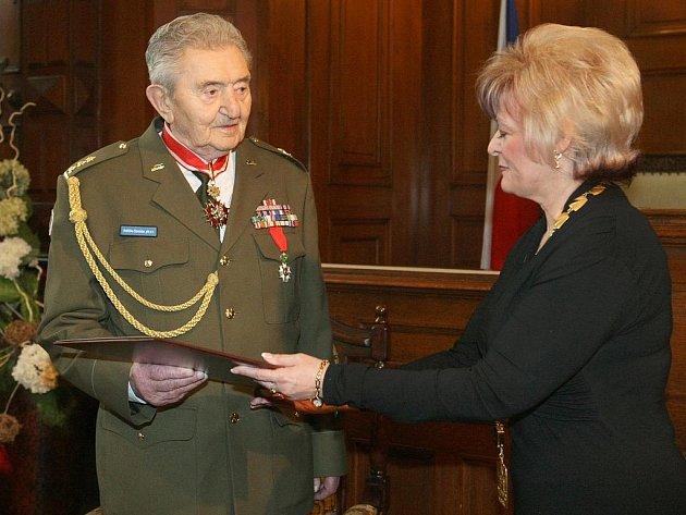 VÁLEČNÝ VETERÁN Stanislav Hnělička převzal z rukou primátorky Rosenbergové čestné občanství města Liberce.