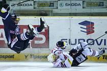 Hokejové utkání Tipsport extraligy v liberecké Tipsport Areně mezi domácím týmem Bílí Tygři Liberec a Piráti Chomutov. Vlevo Jan Výtisk.