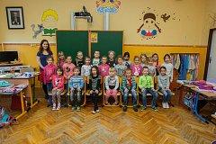 Prvňáci ze Základní školy Lidická, Hrádek nad Nisou se fotili do projektu Naši prvňáci. Na snímku je s nimi třídní učitelka Kristýna Jirousková.