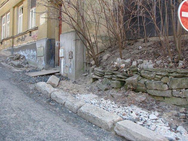 Zanedbaný kout Liberce. Zadní ulice.
